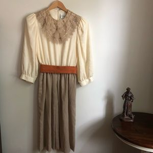 Vintage linen neutral dress with pockets and belt